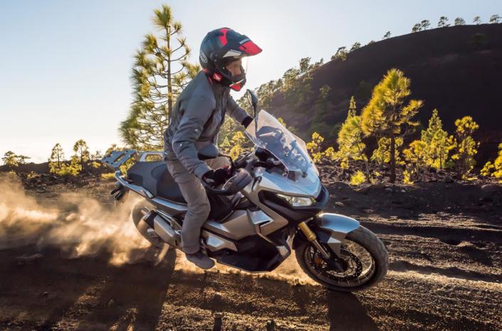 Honda X-ADV 750 2018 2019 στο βουνό δεξιά μεριά