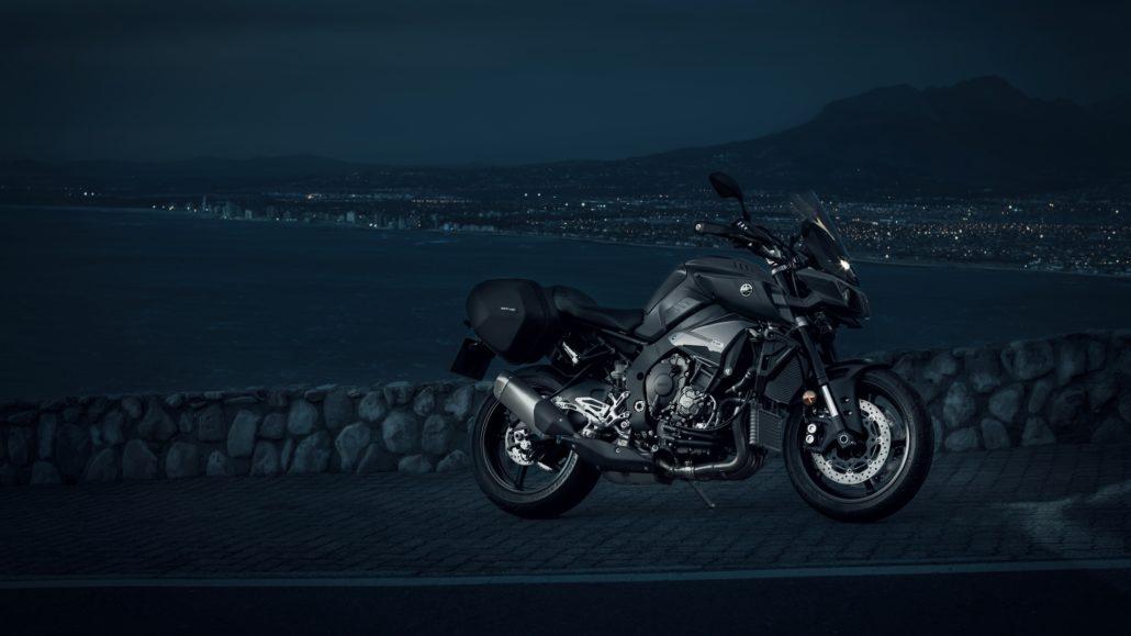 Yamaha MT-10 tourer edition μπροστινή - πλαϊνή όψη φωτογράφιση στην θάλασσα