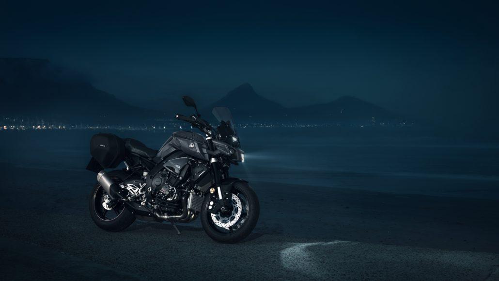 Yamaha MT-10 tourer edition μπροστινή όψη φωτογράφιση στην θάλασσα