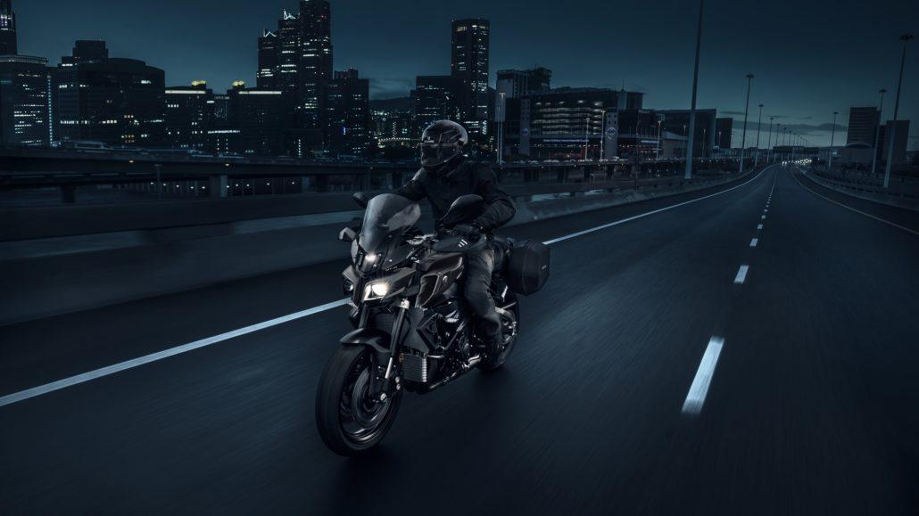 Yamaha MT-10 tourer edition μπροστινή όψη φωτογράφιση στην πόλη
