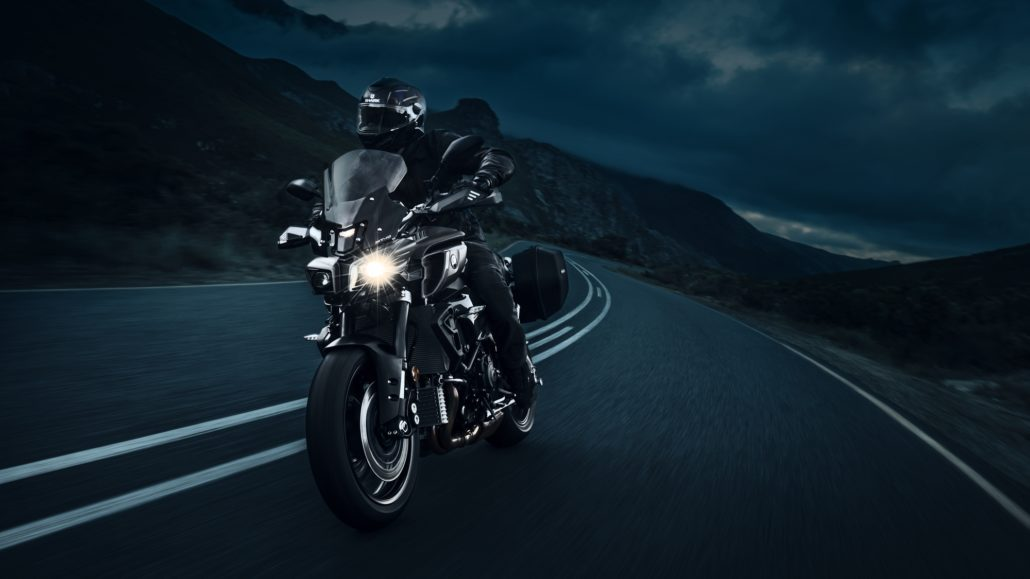 Yamaha MT-10 tourer edition μπροστινή όψη φωτογράφιση στο βουνό