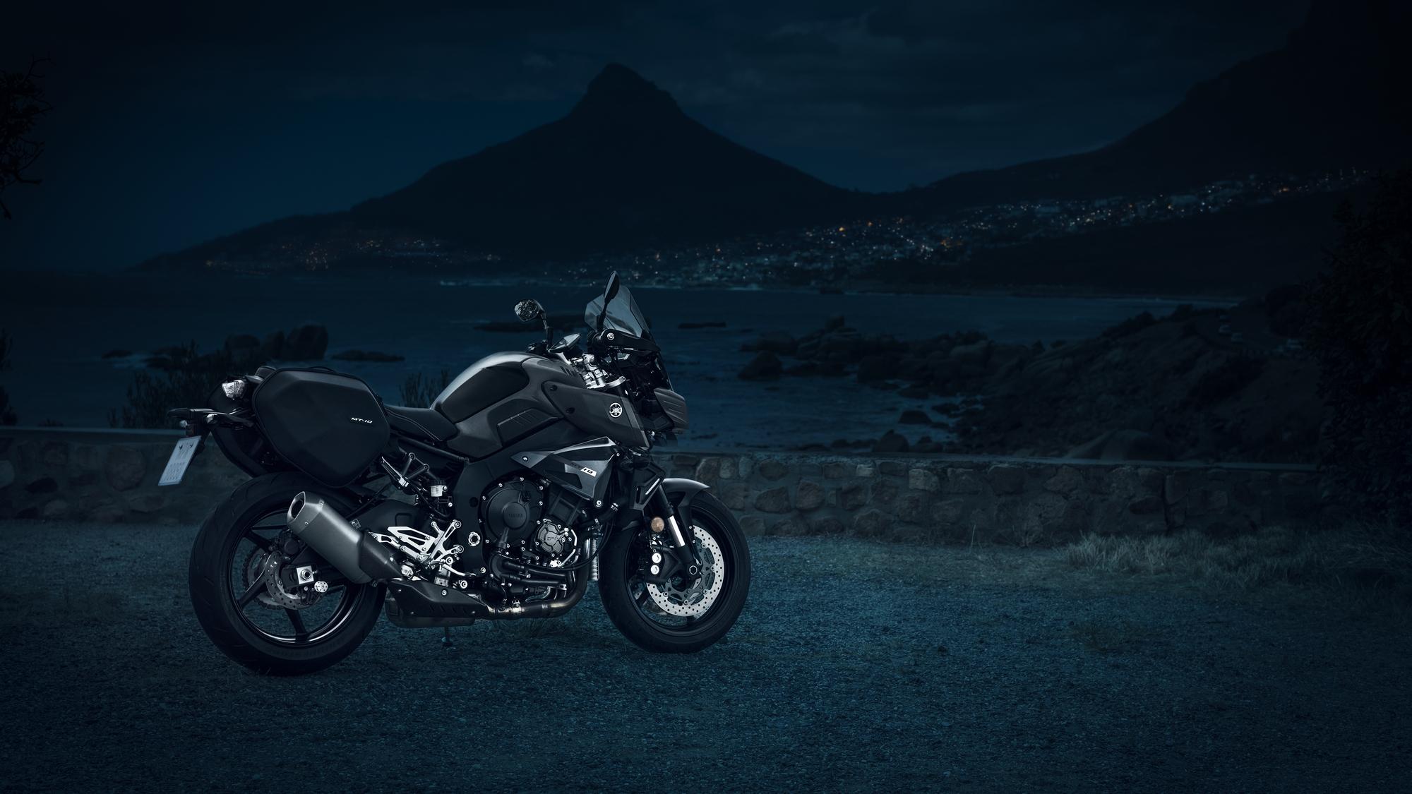 Yamaha MT-10 tourer edition πλαϊνή όψη φωτογράφιση στην θάλασσα