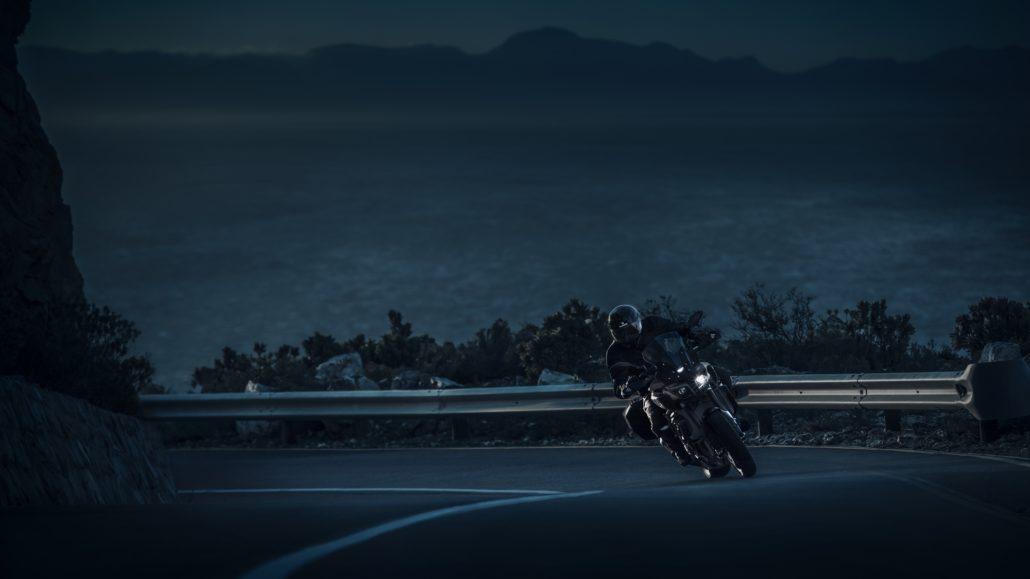 Yamaha MT-10 tourer edition στροφή - μπροστινή όψη φωτογράφιση στο βουνό